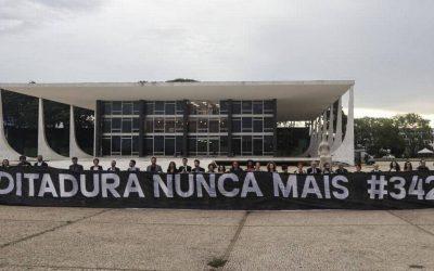 """Caetano e outros artistas estendem a faixa para Bolsonaro: """"Ditadura nunca mais"""""""