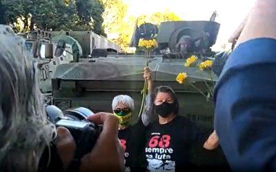 Geração 68 protesta com flores em Brasília diante de tanques